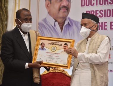 Governor felicitates Doctors from dedicated Covid–19 Centre
