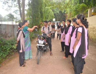 Gandhigiri in Crossland to create awareness on helmet use