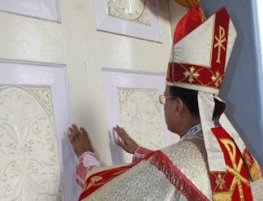 Udupi Bishop inaugurates the Year of Divine Mercy with the opening of the Holy Door of Milagres Cathedral