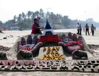 An Artist, Laxmi Gound, created Sand Art to pay tribute to those who lost their lives in the Paris Attack at Juhu Chowpathy
