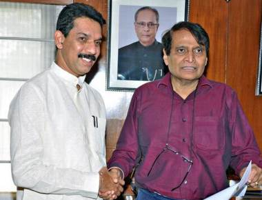 Kateel meets Prabhu, seeks expeditious introduction of Kudla Express
