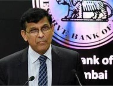 Rajan leaves rates unchanged; warns of inflation risks