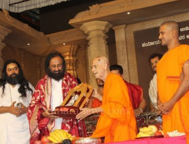 Padma Vibushan Sri Ravi Shankar Guruji felicitated at Sri Krishna Math