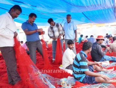 Fishermen's Deep Sea Trawl Boat Association Malpe demand ban on use of small size fish nets