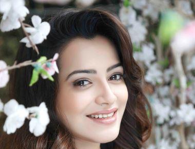 """Actress Samikssha Batnagar recreates magic of Asha Bhosle and Rafi's songs """"Isharon Isharon Mein Dil Lene Waale"""""""