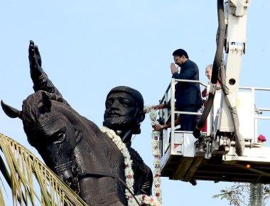 Maharashtra Governor pays floral tributes to Chhatrapati Shivaji Maharaj