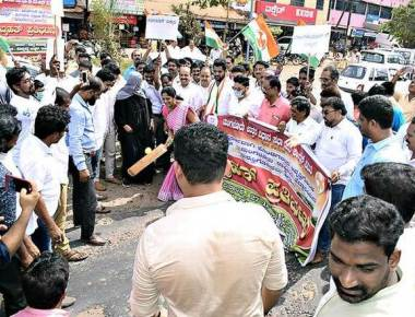 Youth Congress stages protest against NHAI apathy in restoring highway