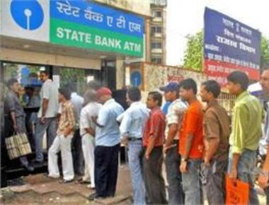 With banks closed on Sunday, long queues at ATMs in Mumbai