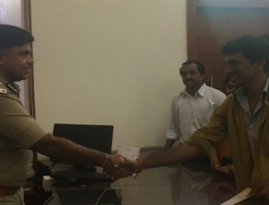 Honest auto driver rewarded for handing over bag containing valuable