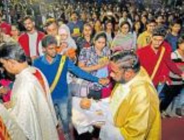 Devouts' night vigil marks Christmas