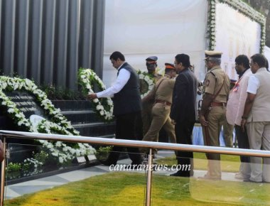 Governor CH Vidyasagar Rao and  CM Devendra Fadnavis placed wreaths and saluted the police martyrs at the Martyrs' Memorial