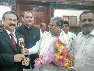CM honours entrepreneur Ronald Colaco for getting  NRI of the Year Award