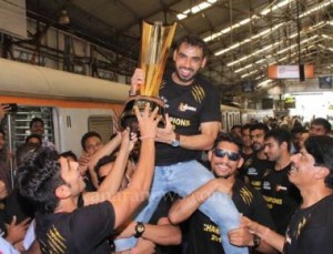 U Mumba Mumbai Kabaddi team along with trophy arrived at Chuchgate railway station and Marine drive.