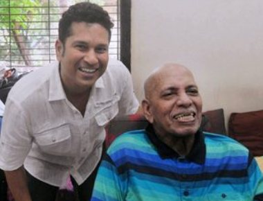 Tendulkar takes coach Achrekar''s blessings on Guru Purnima