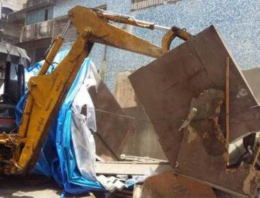 BMC pulls down 18 stalls in Bandra to create open space