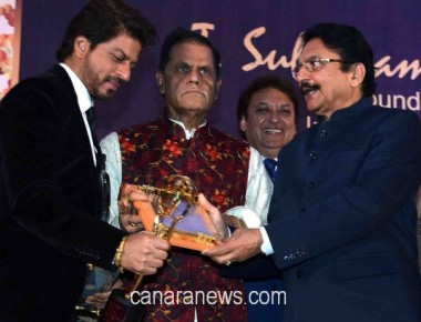 Bollywood actor Shahrukh Khan received the 4th Yash Chopra Memorial National Award