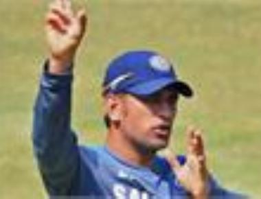 Dhoni needs to do more to boost confidence of bowlers: Sunny