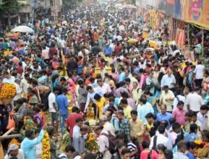 Huge crowd at Dadar Flower Market on occasion of preparation of Dasera in Mumbai.-  Rons Bantwal