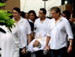 Randhir Kapoor & family members during the funeral of legendary actor Shashi Kapoor in Mumbai on Tuesday. Pic By Rons Bantwal