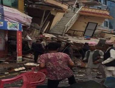 Huge quake rocks Nepal, tremors shake north India