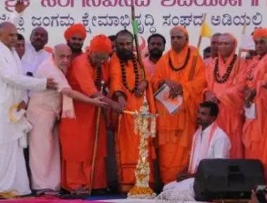 Veerashaiva seers curse Siddaramaiah, vow to defeat Congress