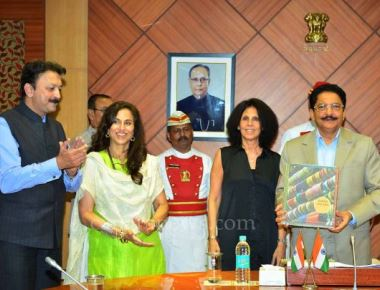 Vidyasagar Rao released photographer Ayesha Taleyarkhan's pictorial Coffee Table book 'Under the Sun
