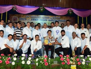 SSLC alumni Aloysians honour Kannada medium teachers, attenders at 'Guruvandana' prog