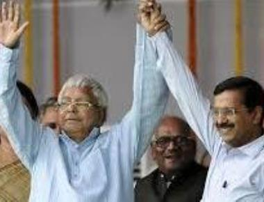 Lalu 'pulled and hugged' me at Nitish oath, says Kejriwal