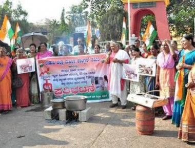 Mahila Congress protests against LPG price hike