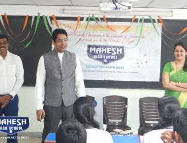Chairman and director Mahesh Shetty interacts with students