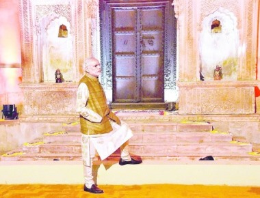Congress boycotts dinner hosted by PM- Manmohan, house leaders stay away; party sources blame bid to erase Nehru's legacy