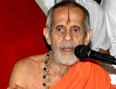 Pejawar Swami seeks ban on cow slaughter