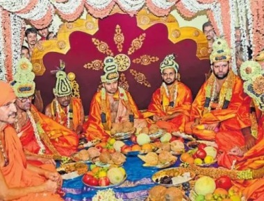 Pejawar seer completes 5th Paryaya, hands over charge at colourful fete