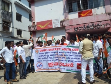 Youth Congress lock off Udupi Head Post office alleging Modi's fake promise on job