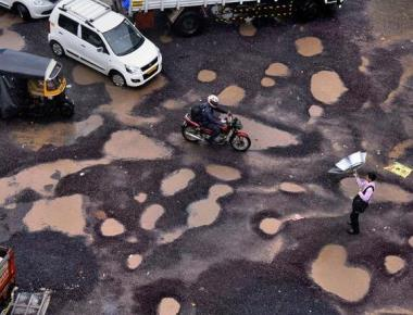 Potholes: Oppn., Sena back Cong.'s no-confidence motion