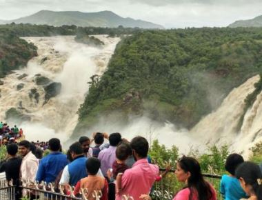 Visitors to waterfalls stuck in 7-km pile-up