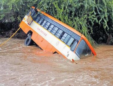 Rain, strong winds wreak havoc in N-K dists
