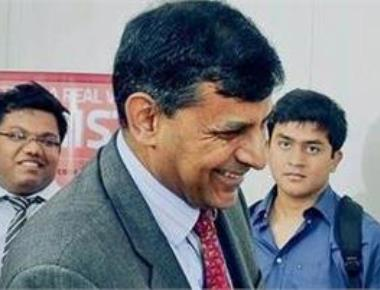 Rajan leaves rates unchanged; asks banks to lower rates