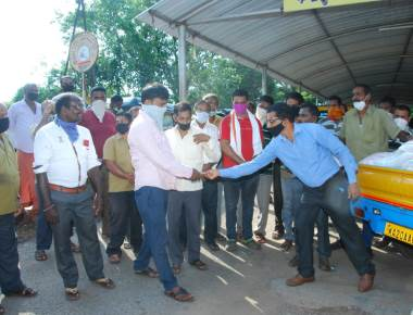 Mr Rolphy DCosta had distributed rice and masks to around 100 rickshaw and tempo drivers