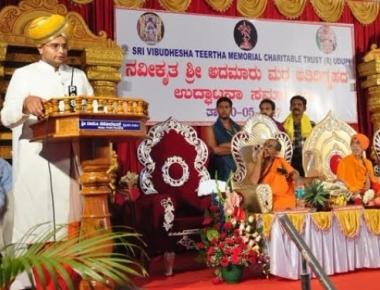 Royal family of Mysuru visits Sri Krishna Math