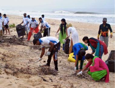 Volunteers clean Sasihithlu beach