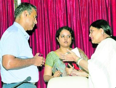 Dr Jayamala assures to solve sand shortage issue of Udupi