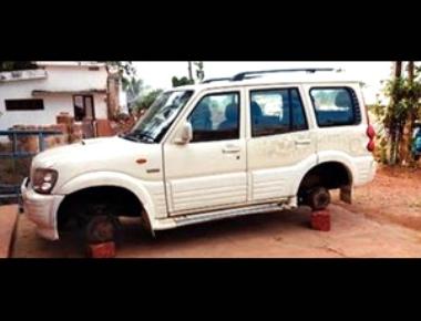 Thieves steal four tyres of Scorpio in Kolya