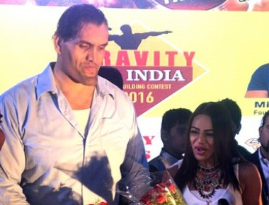 Shweta Rathore felicitated by Khalli at Gravity Mega Award