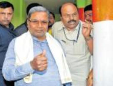 Siddaramaiah gifts Rs 1,000 to boy outside polling booth