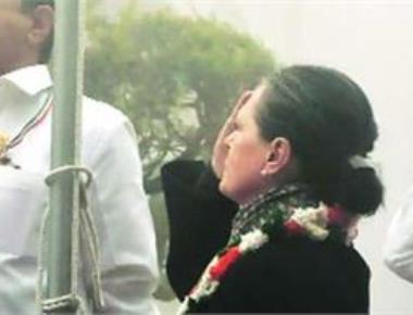 Congress celebrates foundation day, Sonia hoists flag