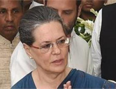 Sonia rejects Govt offer on Lalitgate, Vyapam insists on resignations