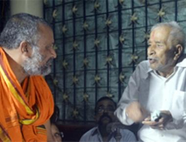 Sri Raghavendrateertha Swamiji visits family of Vinayak Baliga